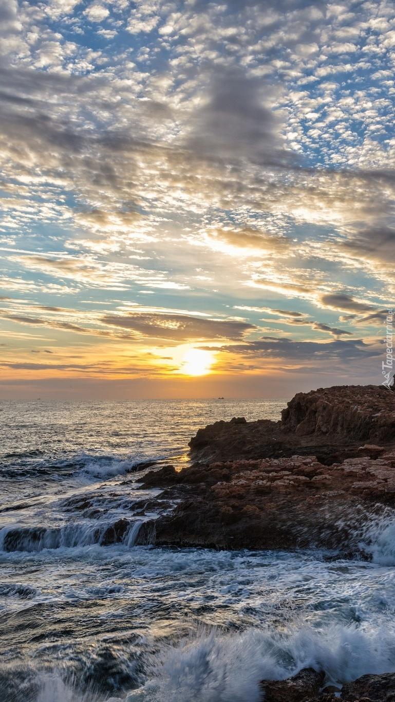 Wschód słońca nad morskim wybrzeżem