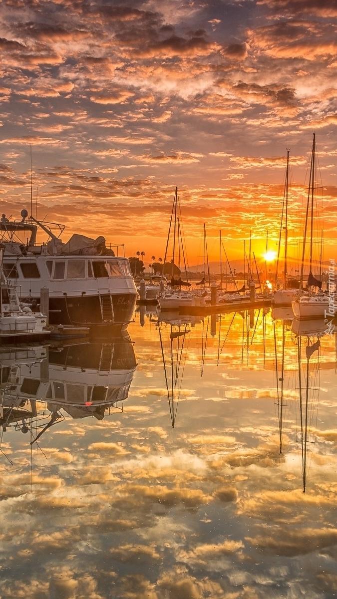 Wschód słońca nad przystanią dla jachtów w San Diego