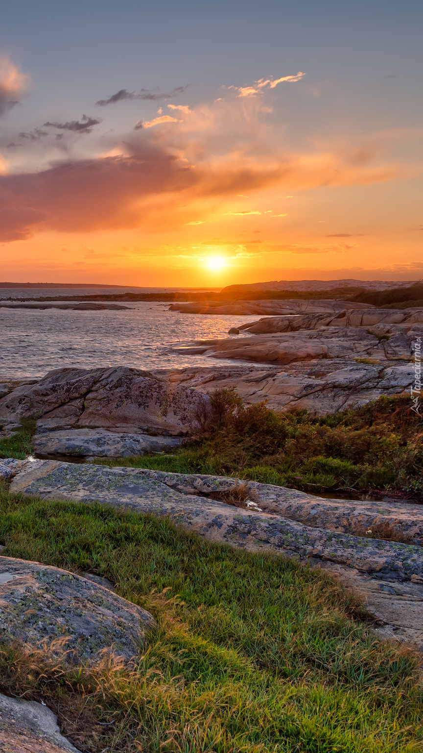 Wschód słońca nad skałkami morskimi