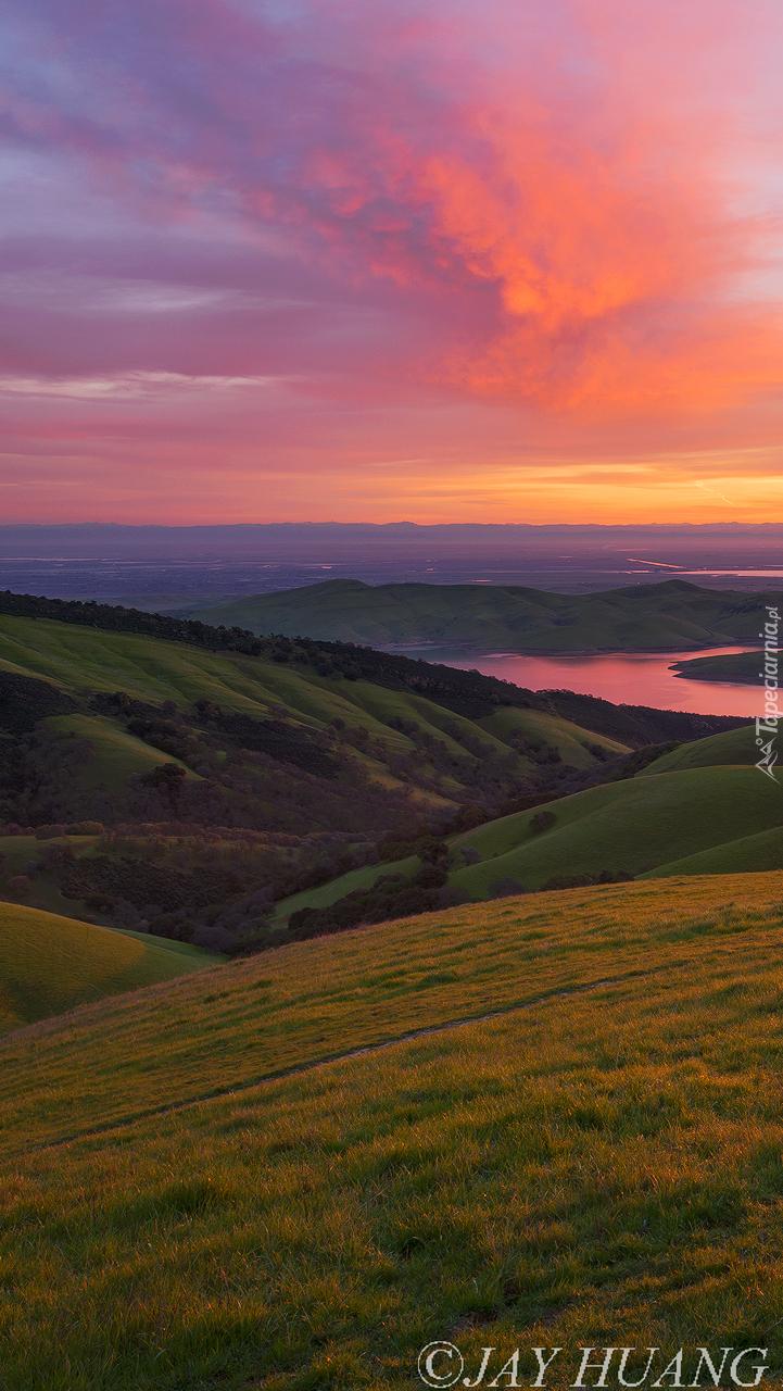 Wschód słońca nad wzgórzami