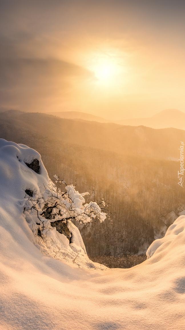 Wschód słońca nad zamglonymi górami