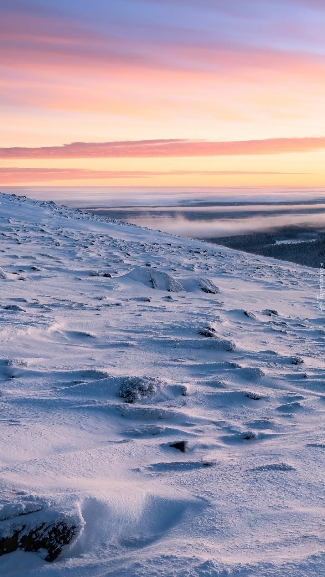 Wschód słońca nad zimowymi górami