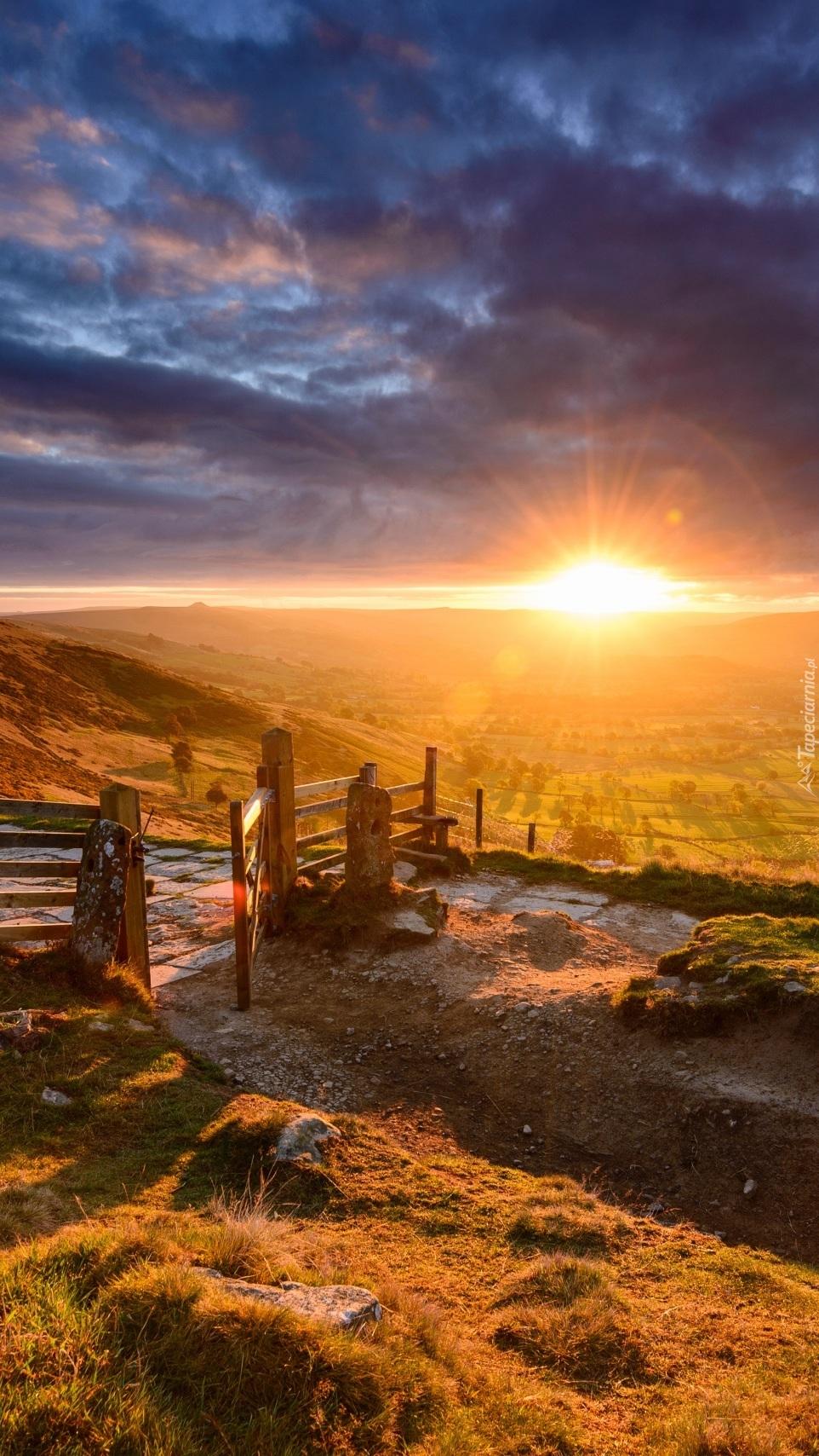 Wschód słońca rozświetla wzgórza hrabstwa w Anglii