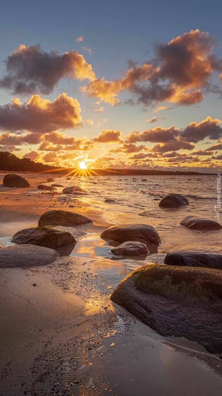 Wschodzące słońce nad morzem