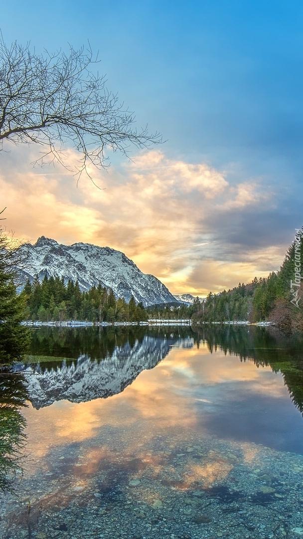 Wschodzące słońce w górach