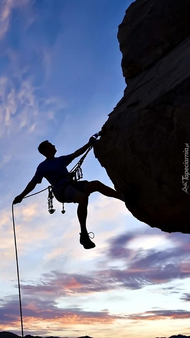 Wspinający się mężczyzna