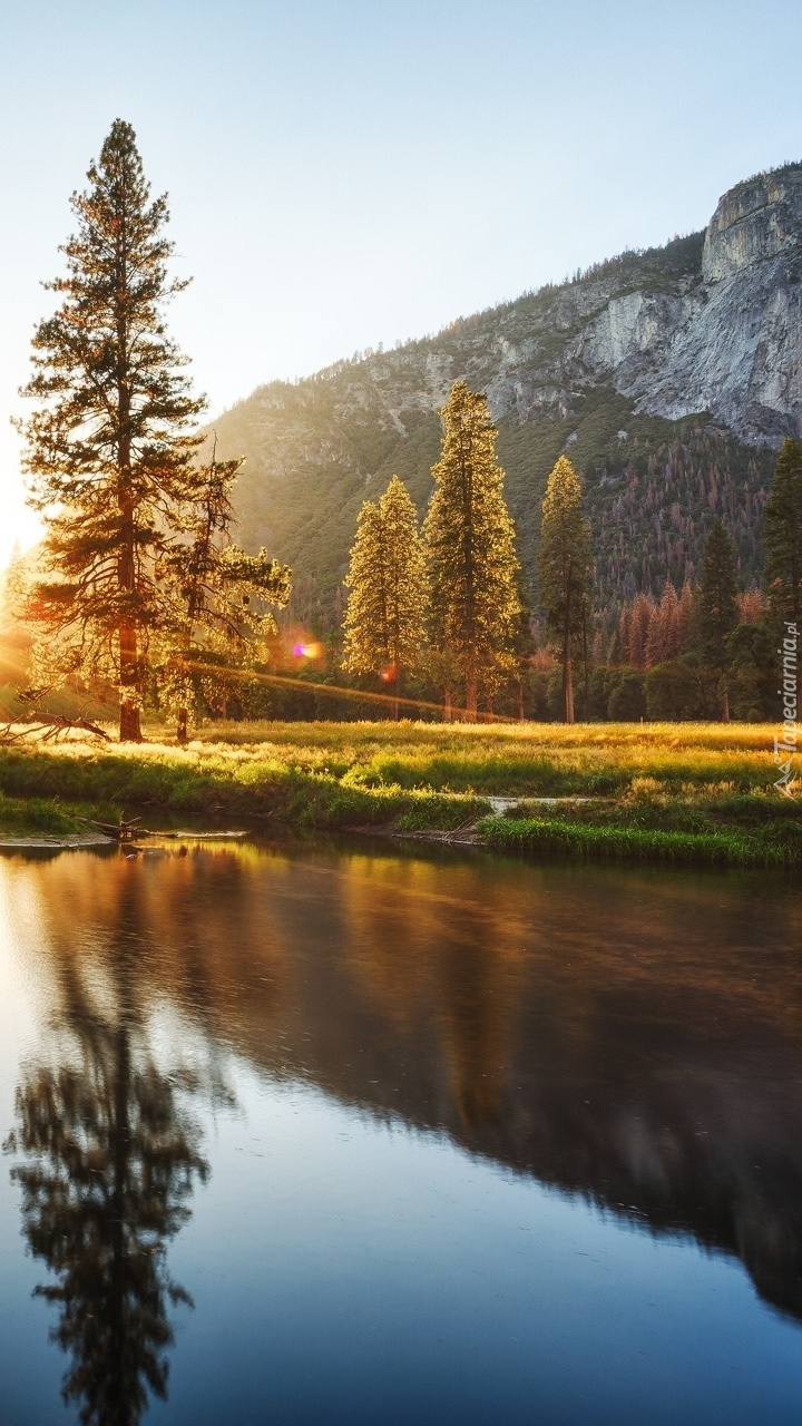 Wstaje nowy dzień nad jeziorem w górach