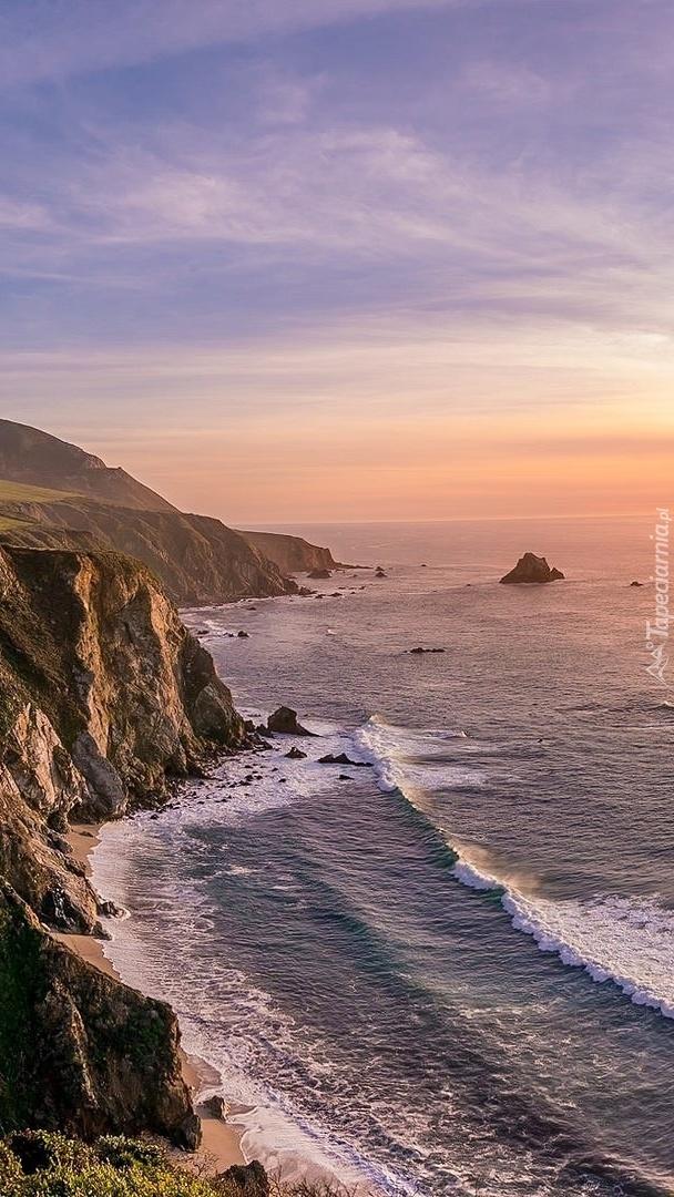 Wybrzeże o wschodzie słońca