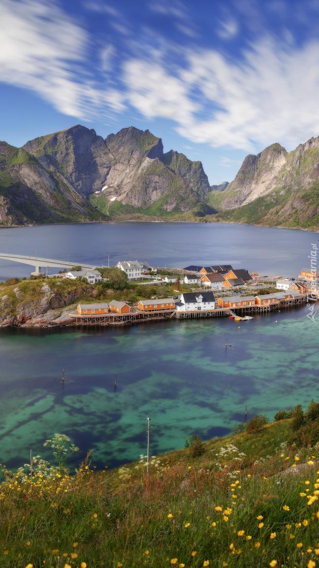 Wysepka z domami na Morzu Norweskim