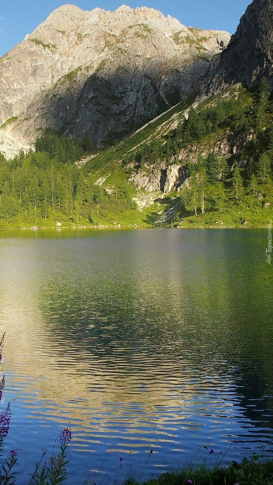 Wysokie góry nad jeziorem