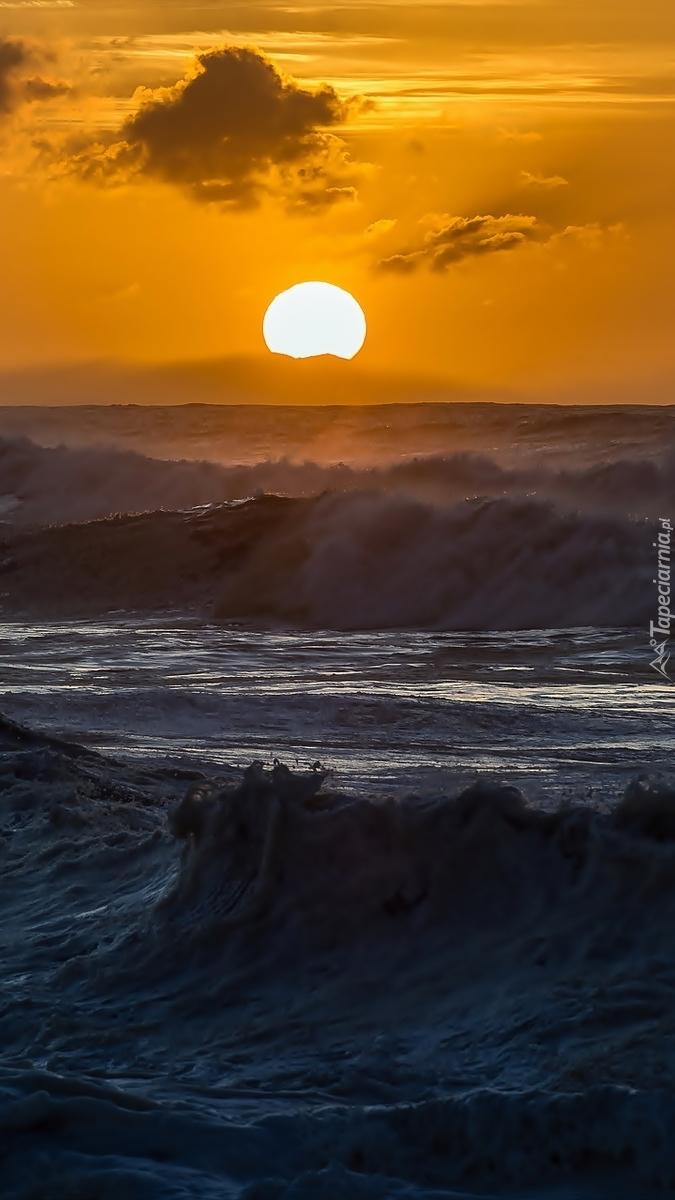 Wzburzone morze o zachodzie słońca