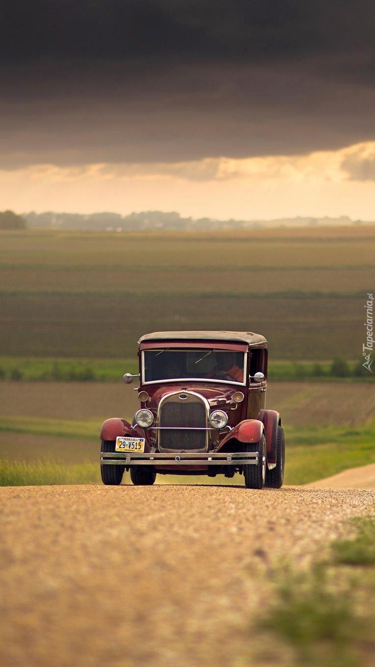 Zabytkowy samochód na polnej drodze