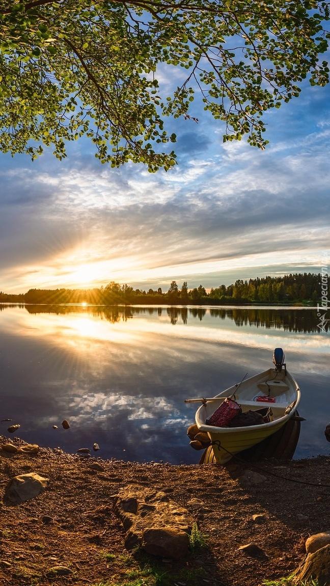 Zachód słońca i łódka na brzegu rzeki