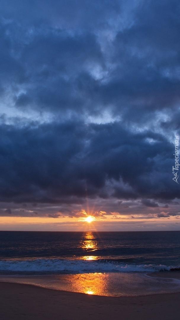 Zachód słońca na oceaniczną plażą