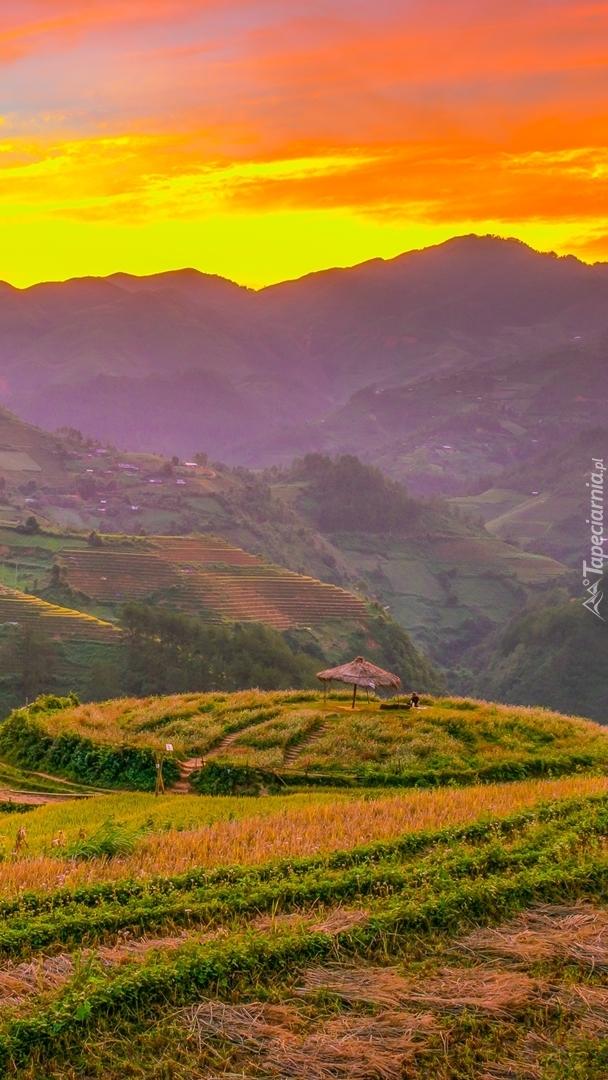 Zachód słońca nad górami i polem