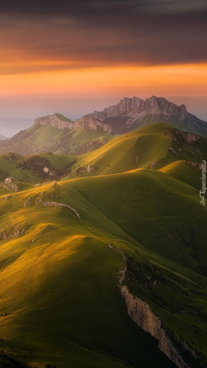 Zachód słońca nad górami i wzgórzami