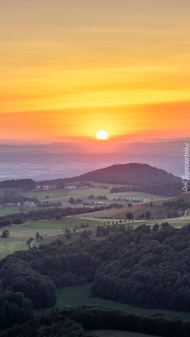 Zachód słońca nad górami Rhon w Niemczech