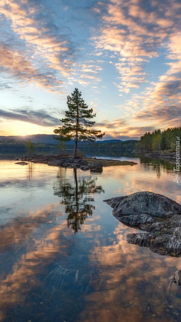 Zachód słońca nad jeziorem w Ringerike