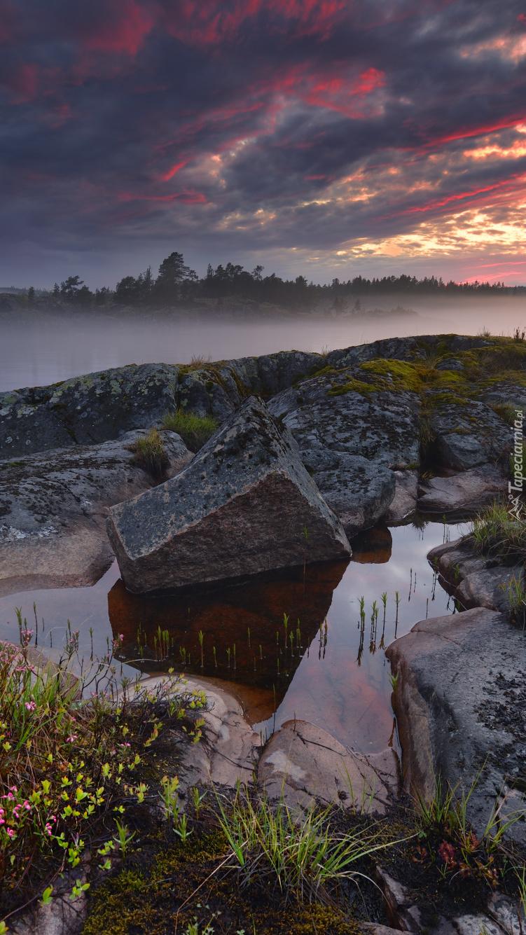 Zachód słońca nad mglistym jeziorem