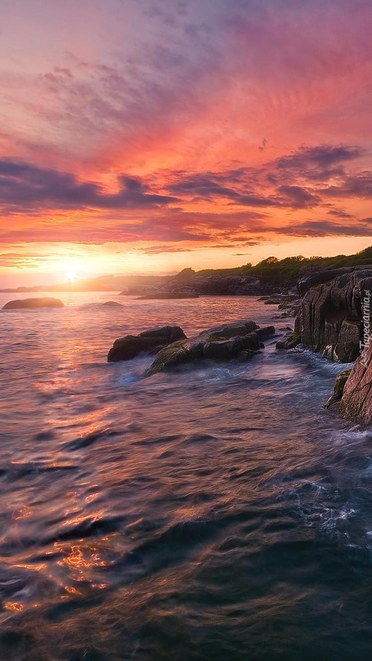 Zachód słońca nad morzem i skałami