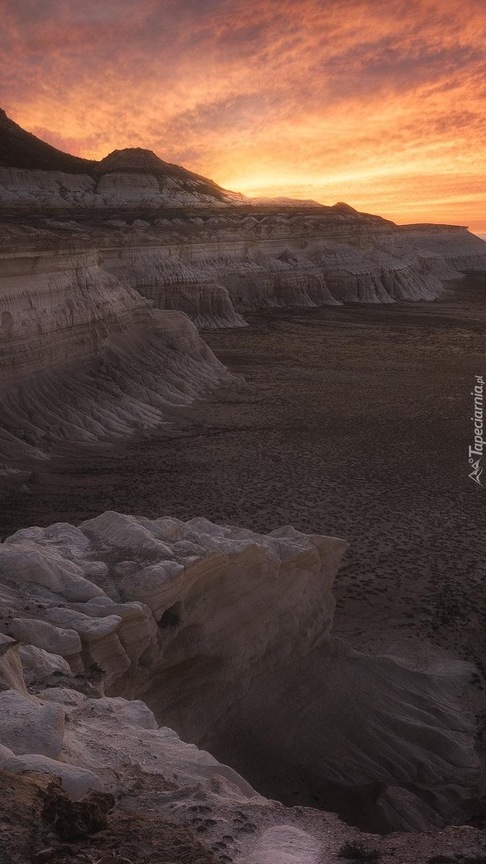 Zachód słońca nad skalistym klifem