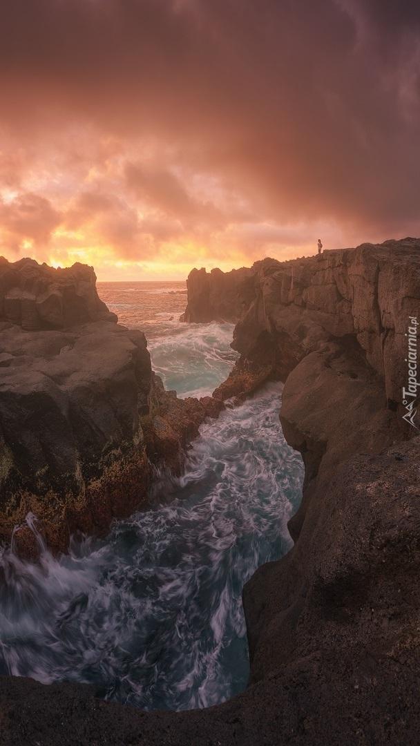 Zachód słońca nad skalistym wybrzeżem