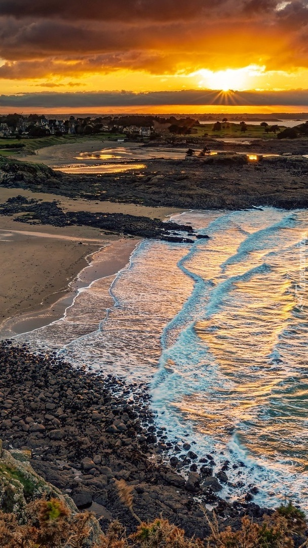 Zachód słońca nad wybrzeżem Bretanii
