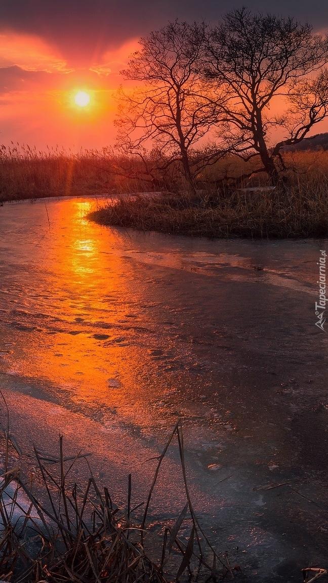 Zachód słońca nad zamarzniętą rzeką