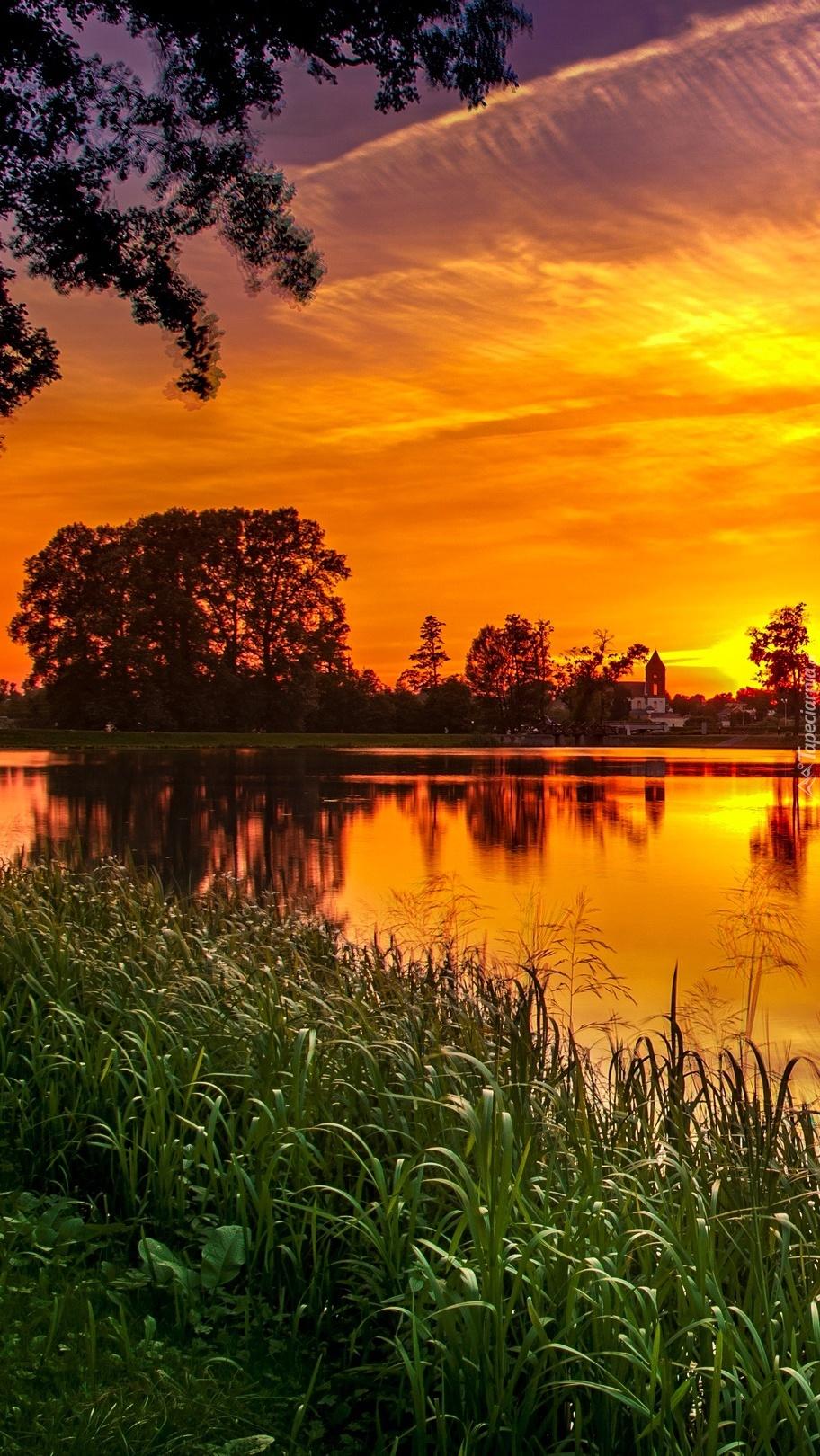 Zachód słońca odbijający się w jeziorze