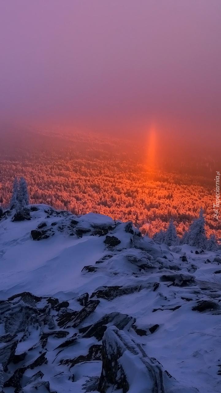 Zachód słońca przebijający się przez mgłę