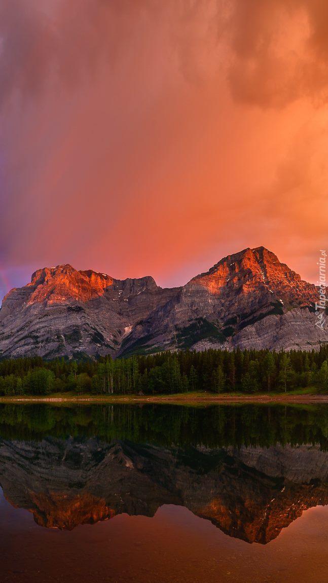 Zachód słońca w górach w odbiciu