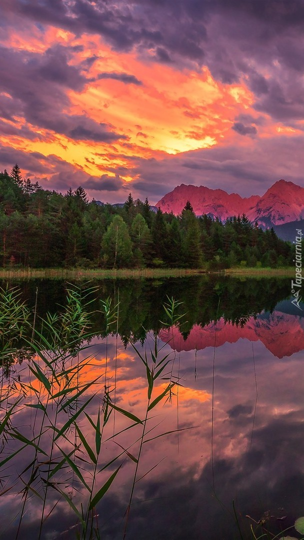Zachodzące słońce nad jeziorem