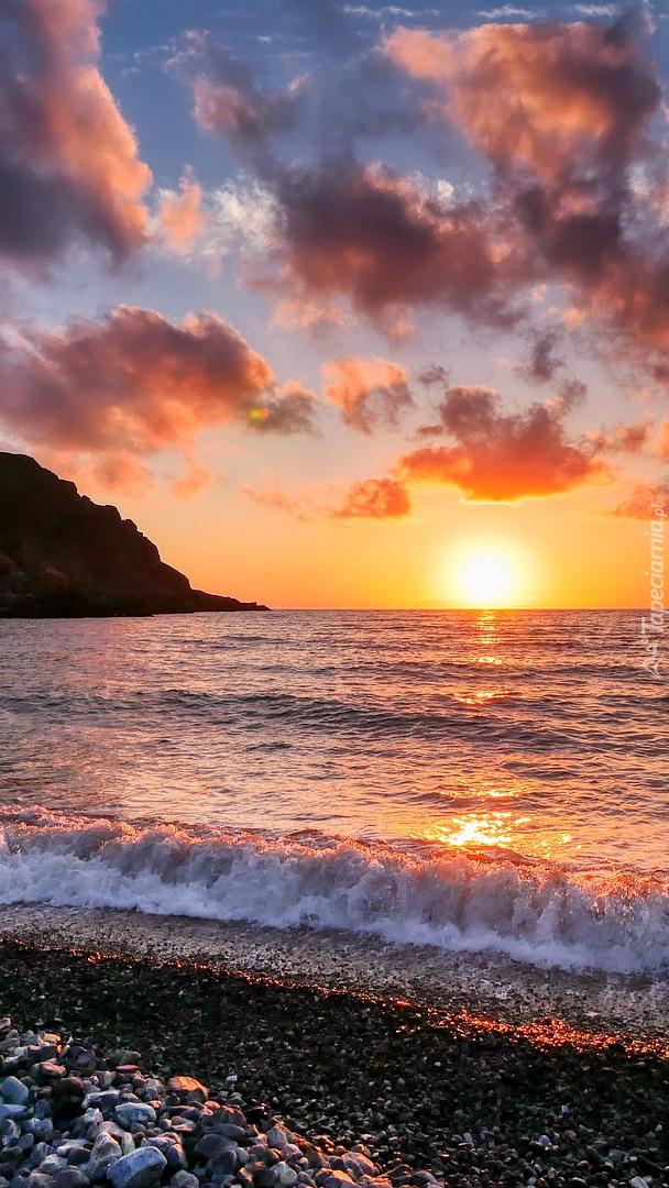 Zachodzące słońce nad morzem