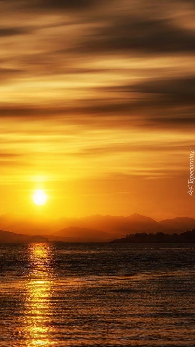 Zachodzące słońce odbija się w wodzie