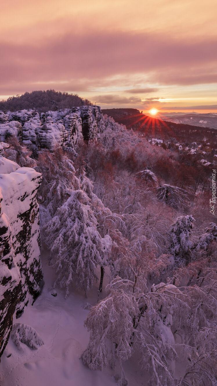 Zachodzące słońce za górami