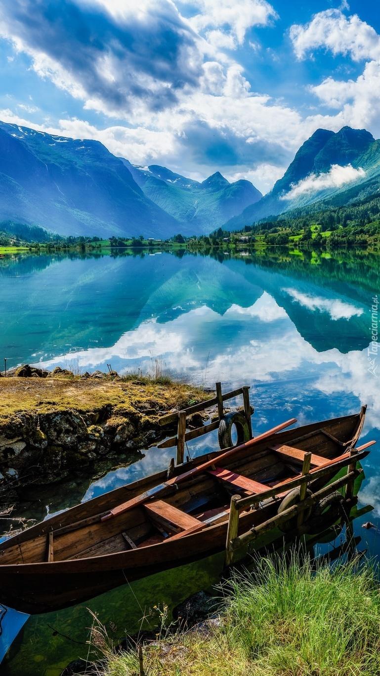 Zacumowana łódka na jeziorze Oldevatnet