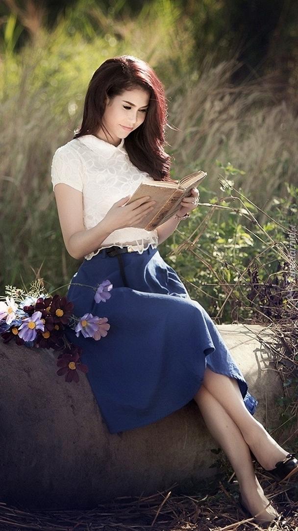 Zaczytana kobieta i kwiaty