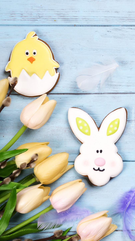 Zajączek i kurczaczek obok tulipanów