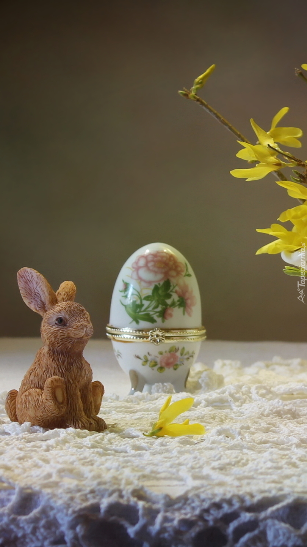 Zajączek obok ozdobnego jajka