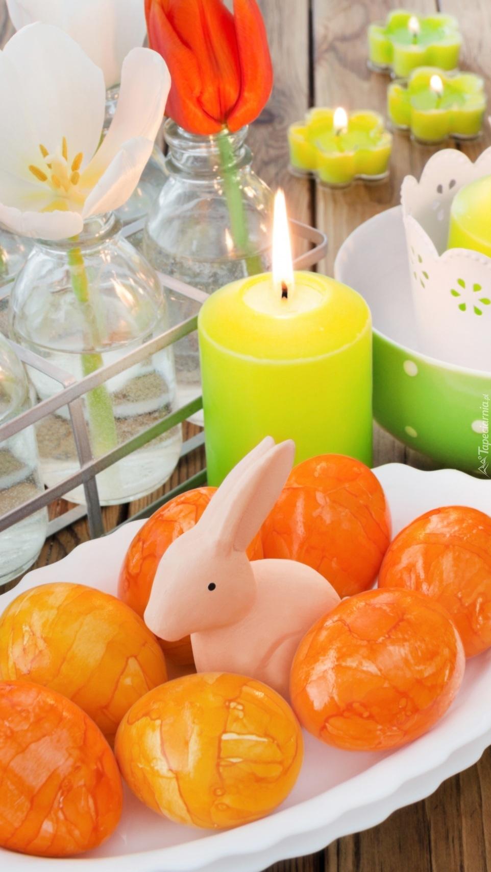 Zajączek w pisankach przy świecy