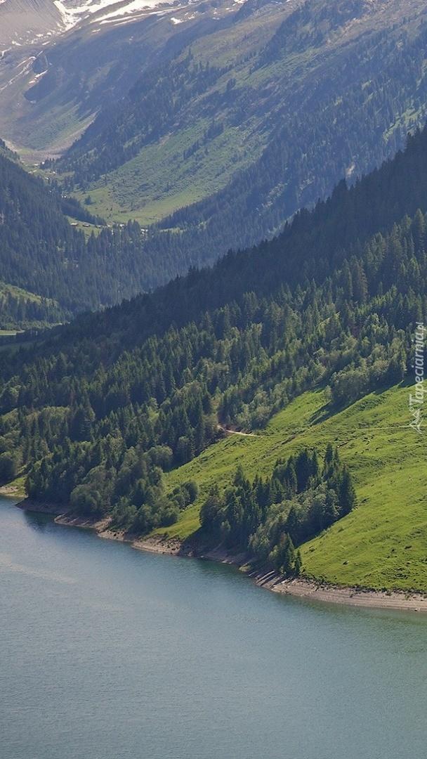 Zalesione góry nad jeziorem