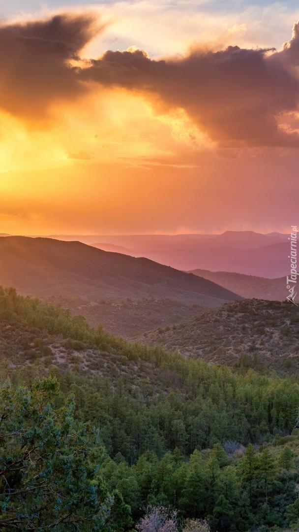 Zalesione góry o zachodzie słońca
