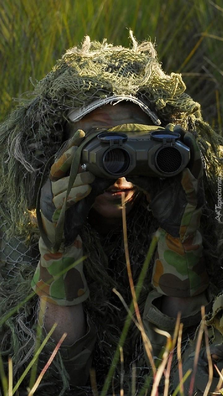 Zamaskowany żołnierz z lornetką