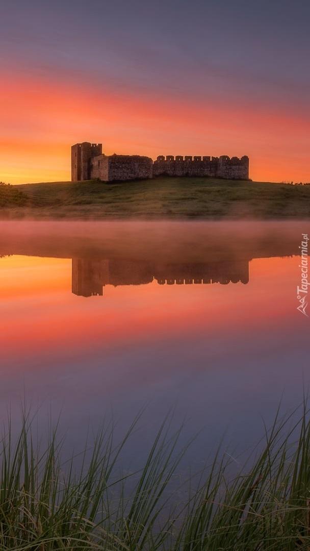 Zamek Castelo de Valongo nad jeziorem