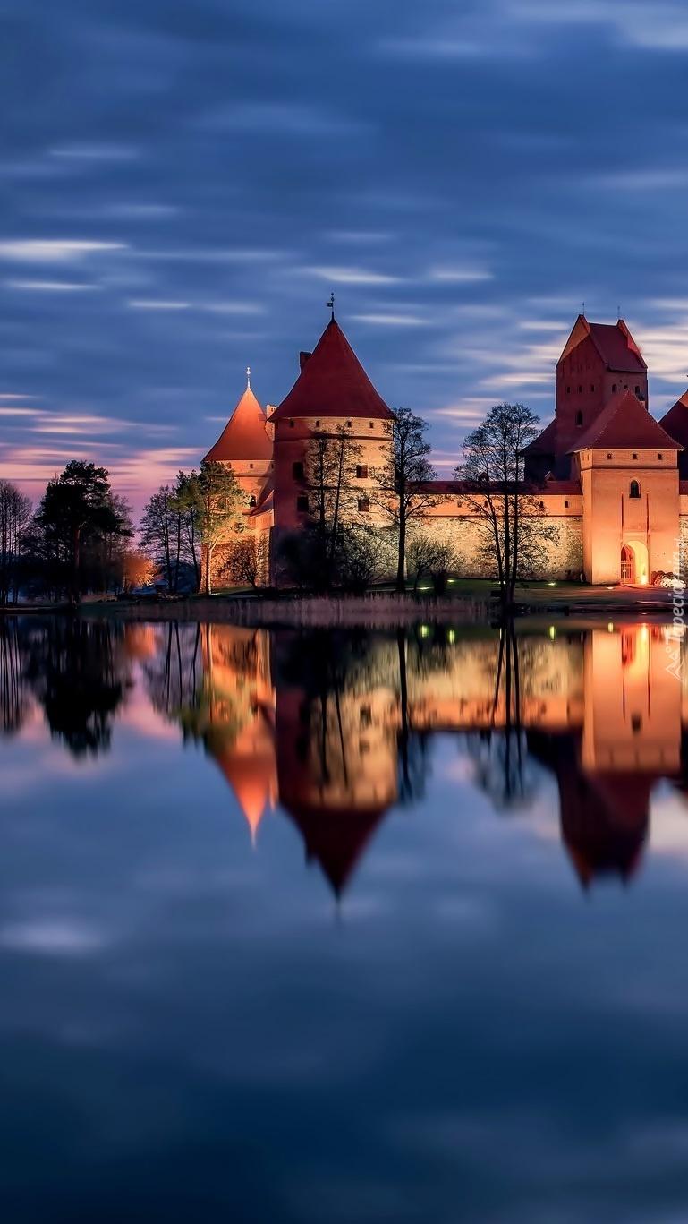 Zamek nad jeziorem wczesnym rankiem