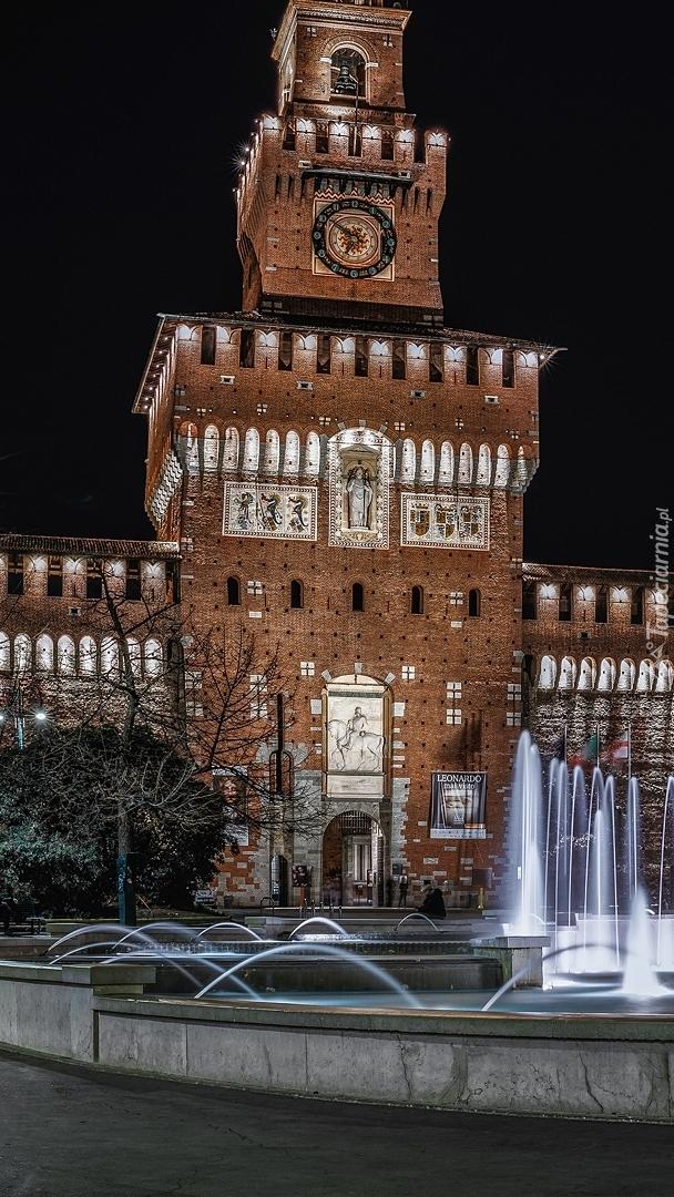Zamek Sworzów i fontanna na Placu Piazza Castello