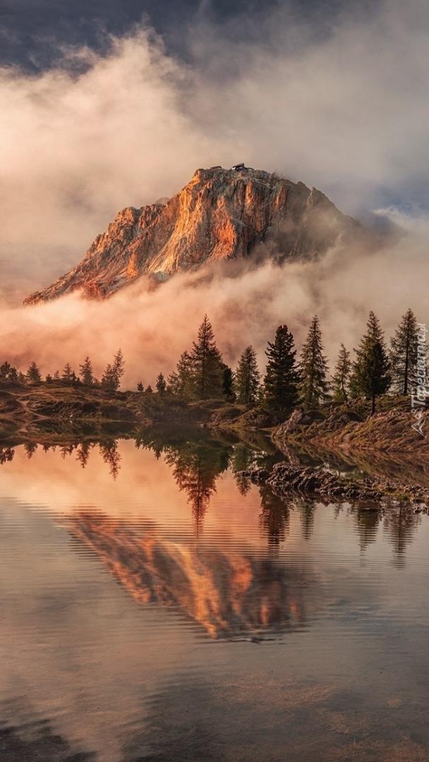 Zamglone góry nad jeziorem Lago Limides