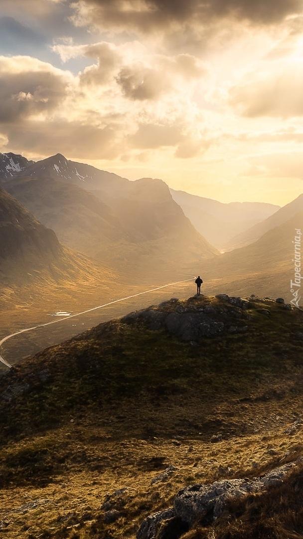 Zamglony wschód słońca nad górami i doliną