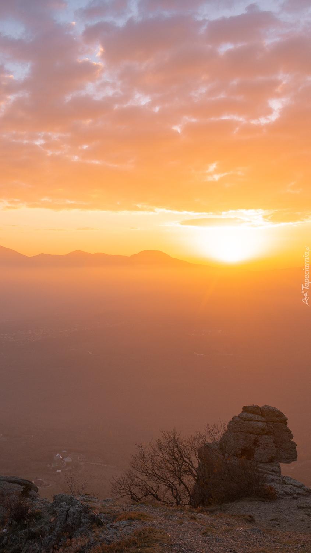 Zamglony wschód słońca nad wzgórzami