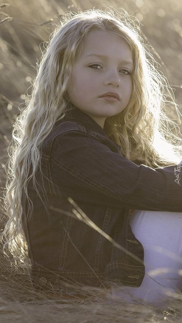 Zamyślona dziewczynka z długimi włosami